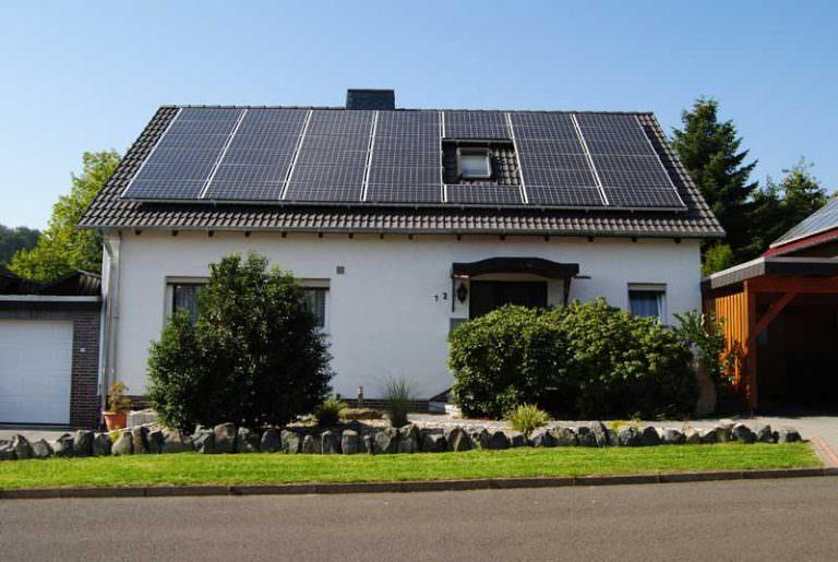 11,855 kWp Photovoltaikanlage in SchauenburgModule: 55 Stück Schott Solar Mono 185 | 8 Stück Kyocera KD 210 2-PU Wechselrichter: SMA SB 5000 TL-20 | SMA SB 4000 TL-20 | SMA SB 1700 Dachausrichtung: Ost (39 Module) | Süd (8 Module) | West (16 Module) Inbetriebnahme 08/2010
