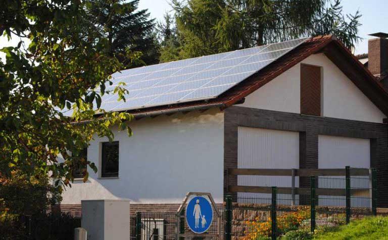 5,4 kWp Photovoltaikanlage in Bad Emstal Module: 30 Stück SUNTECH STP 180 Wechselrichter: SMA SB 5000 TL-20 Dachausrichtung und Neigung: Süd, 30° Inbetriebnahme der Anlage: Juli 2009